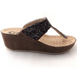 Mubb teenslippers in taupe.